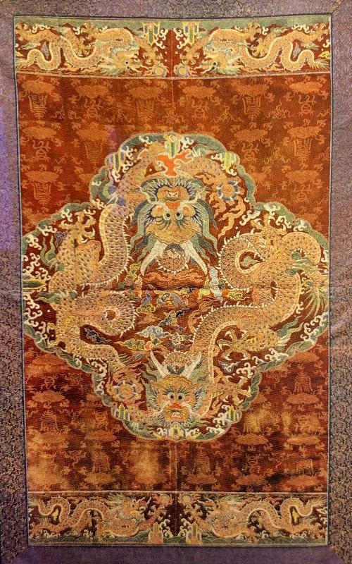 图说:北京艺术博物馆收藏的香色地灵仙祝寿漳绒绣五彩过肩云龙襕袍料