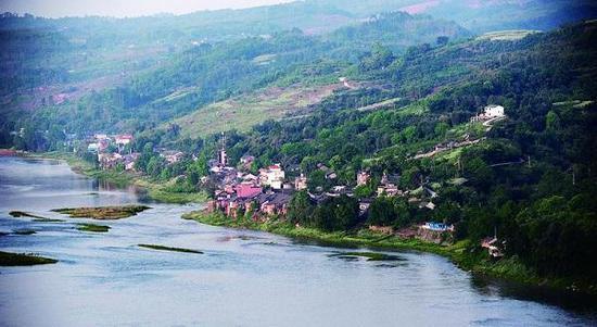 图说:岷江畔的江口古镇。