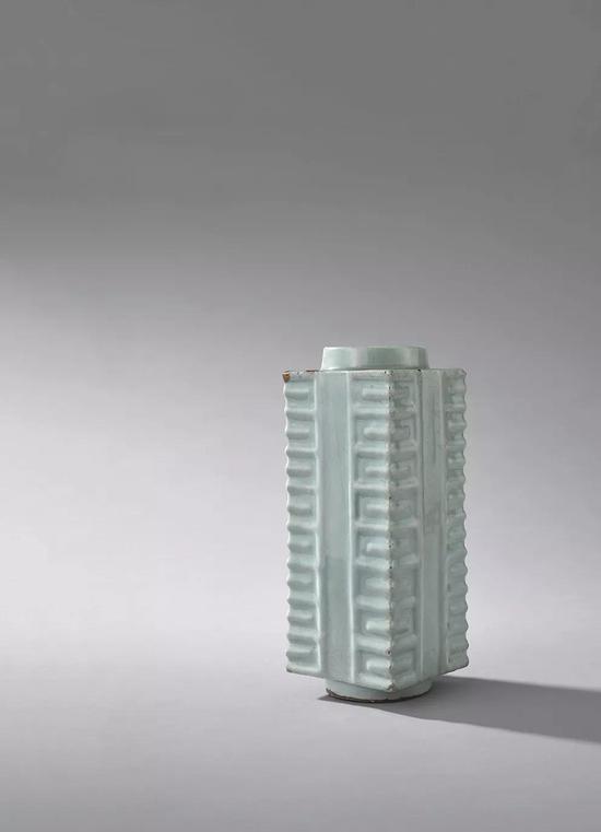 817 宋 龙泉窑棕式瓶高27cm 长10.2cm 宽10.2cm成交价:10,749,600日元