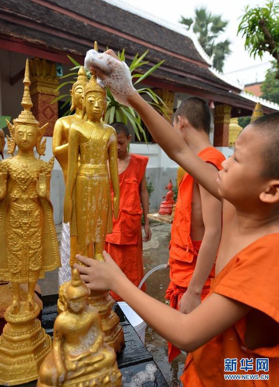 老挝僧人迎接泼水节:进行佛像清洗仪式
