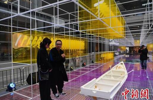 与此同时,成都国际金融中心还新创作了一座时光走廊艺术装置,吸引市民。 张浪 摄