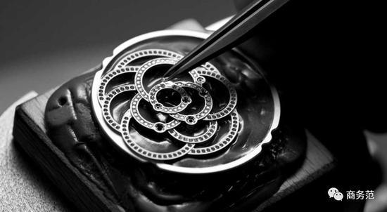 配合镶钻表圈、表冠、柳叶指针,以及绸缎表带,优雅且华美非凡。