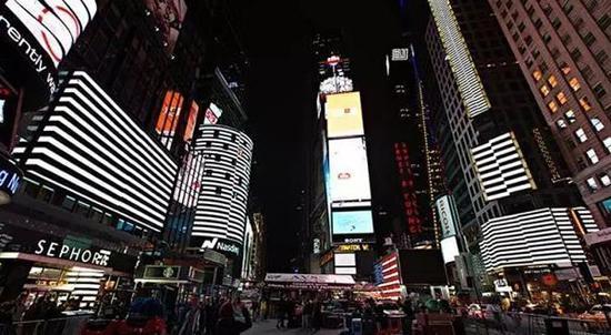 池田亮司的作品test pattern在纽约时代广场呈现