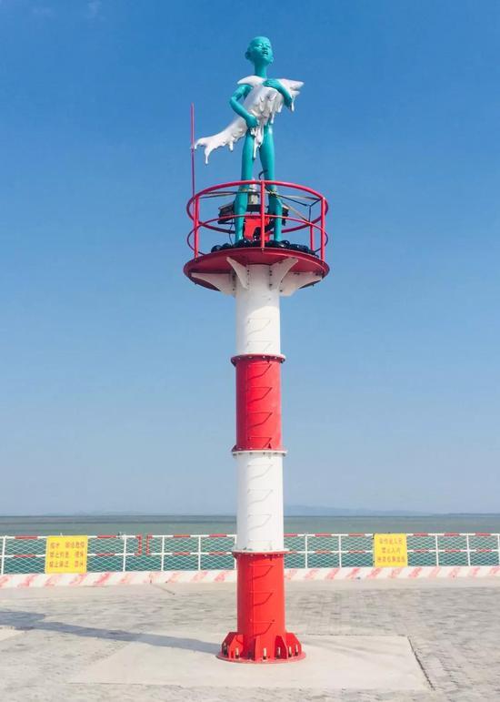 陈文令 《抱鲨鱼的小孩》 380x180x165cm 铜烤漆 2018年