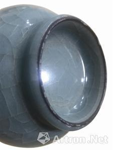 图3 南宋龙泉窑黑胎直颈瓶及底图,丽水市处州青瓷博物馆藏