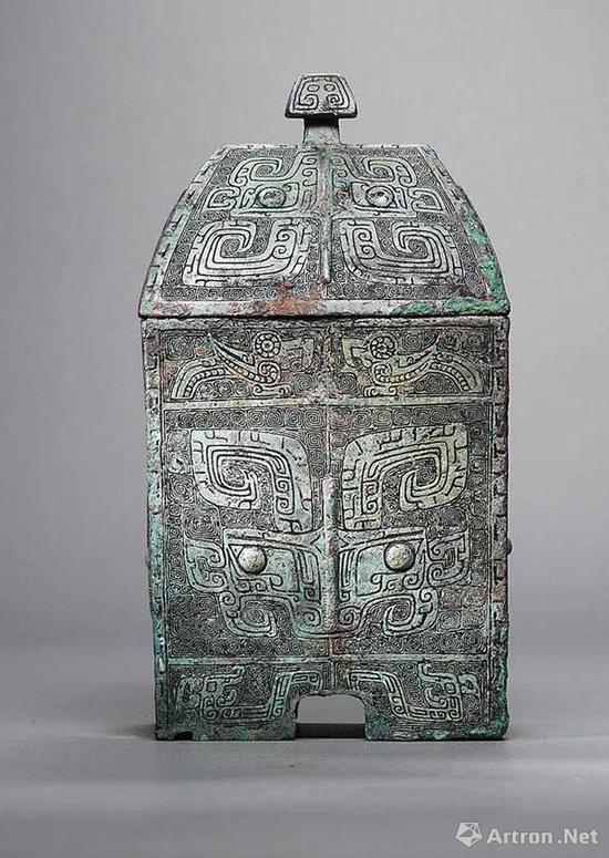 Lot 2154 西周 青铜饕餮纹方彝 L:14.2cm; W:10.5cm; H:26.5cm