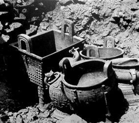 北洞二号坑青铜器摆放混乱。