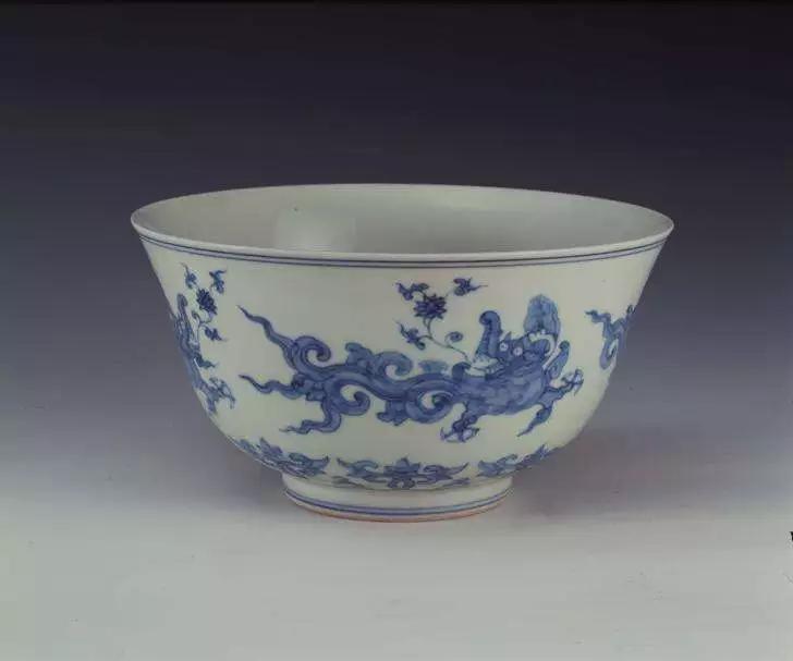 明成化景德镇窑青花夔龙纹碗 上海博物馆藏