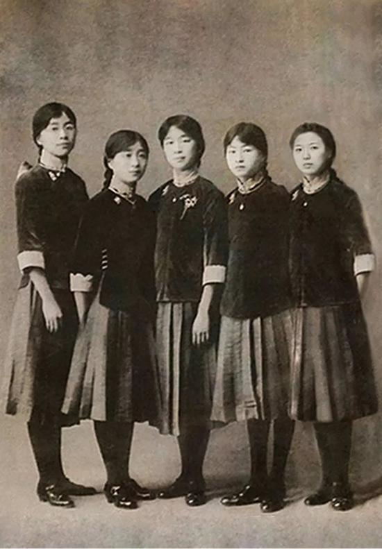 林徽因(右二)