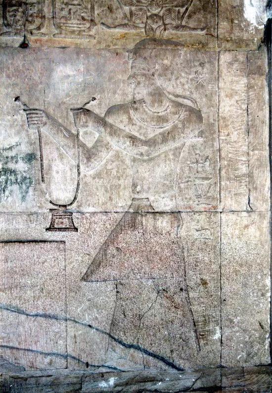 """法老奉献胸饰   尼罗河畔的""""金城""""科蒙波神殿遗址浮雕"""