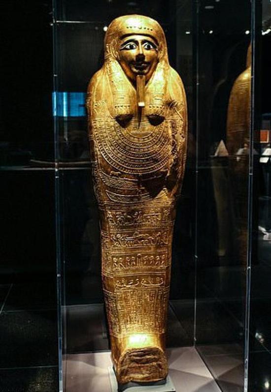 古埃及祭司 Nedjemankh 镀金棺椁正在展柜中展出