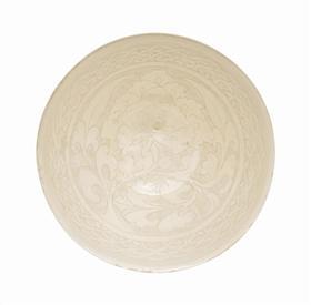 北宋磁州窑白剔花牡丹纹大碗, 估价1.8万—2.5万美元