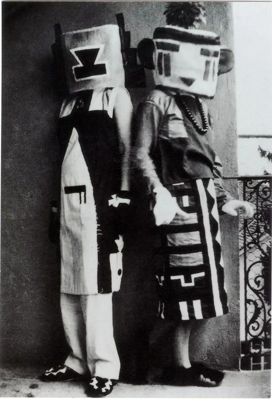 """苏菲·陶柏-阿尔普(Sophie Taeuber-Arp)与妹妹埃里卡·施莱格尔(Erika Schlegel)穿着由艺术家设计的""""Hopi服饰""""(Hopi costumes)"""