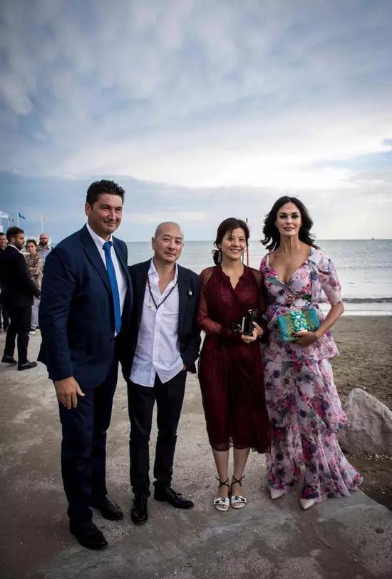 索伦托议员马里奥·卡尔朱诺、傅榆翔与夫人蒙红、玛莉亚·嘉西亚·古欣娜塔在丽都岛上合影