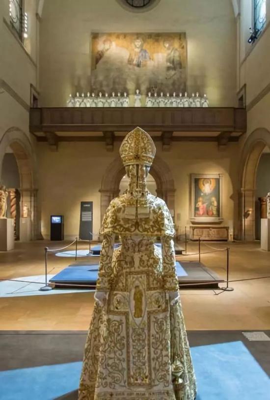 """""""天堂之躯:时尚与天主教想象""""展览现场,大都会艺术博物馆,2018。"""