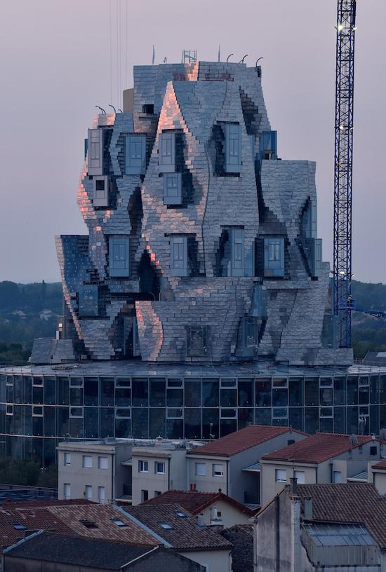 """弗兰克·盖里设计的卢玛-阿尔勒文化中心,被一些人戏称为""""皱巴巴的饮料罐""""。"""