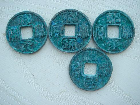 """4、神册元宝當拾钱和小平钱。这两枚钱币的字型可不一样。你看""""册""""字。"""