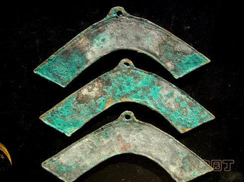 三种大小的兽头罄币。大的长度 124毫米,中型 96毫米,小型