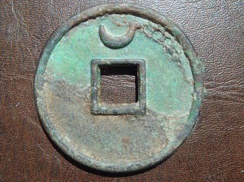 2、小平篆书母钱。直径24.2毫米,厚度2.3毫米。
