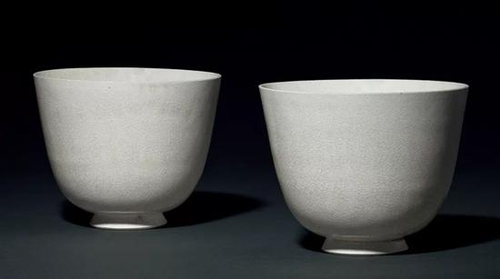 Lot 1442   隋   白釉深腹大杯一对   口径12和11.6 cm   成交价: HK$ 1,711,000