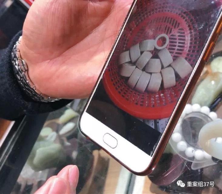 2018年12月22日,广西浦寨口岸的玉石珠宝商潘文斌向记者展示其走私同伙发来的现代象牙制品。 新京报记者王嘉宁 摄