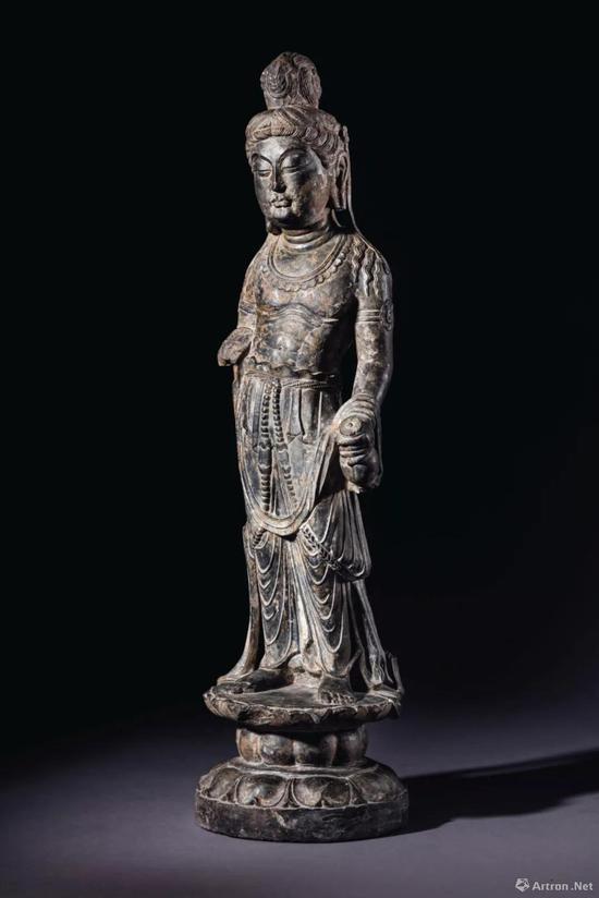 拍品编号1124 盛唐 石灰岩雕观音菩萨立像 高 67 cm。