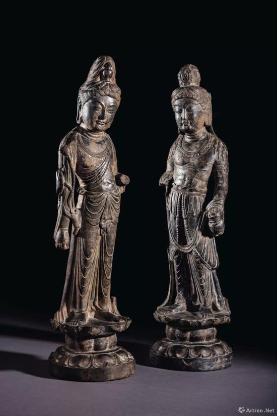左: 盛唐 石灰岩雕大势至菩萨立像 高 67 cm。 成交价:美元 3,252,500