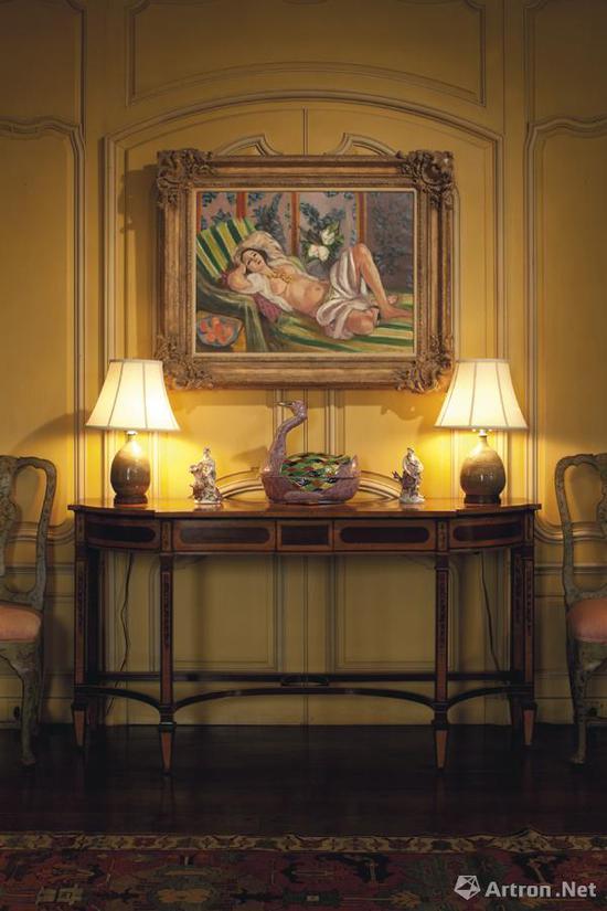 《侧卧的宫娥与玉兰花》一直被悬挂在大卫・洛克菲勒家庭别墅的客厅当中