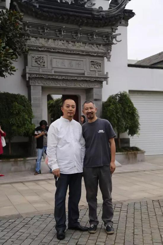 中国原生艺术奠基人郭海平与张天志在其工作室前合影