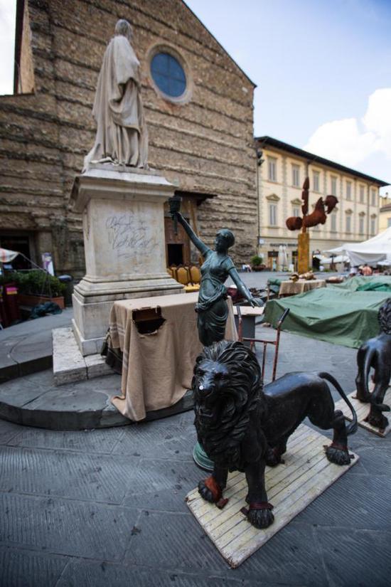 ↑这是8月4日在意大利阿雷佐拍摄的摊位。