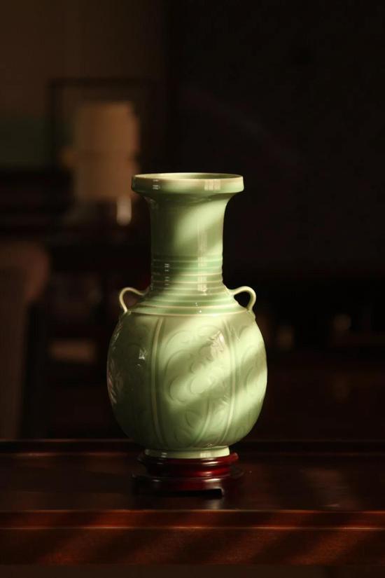 《弦纹牡丹瓶》