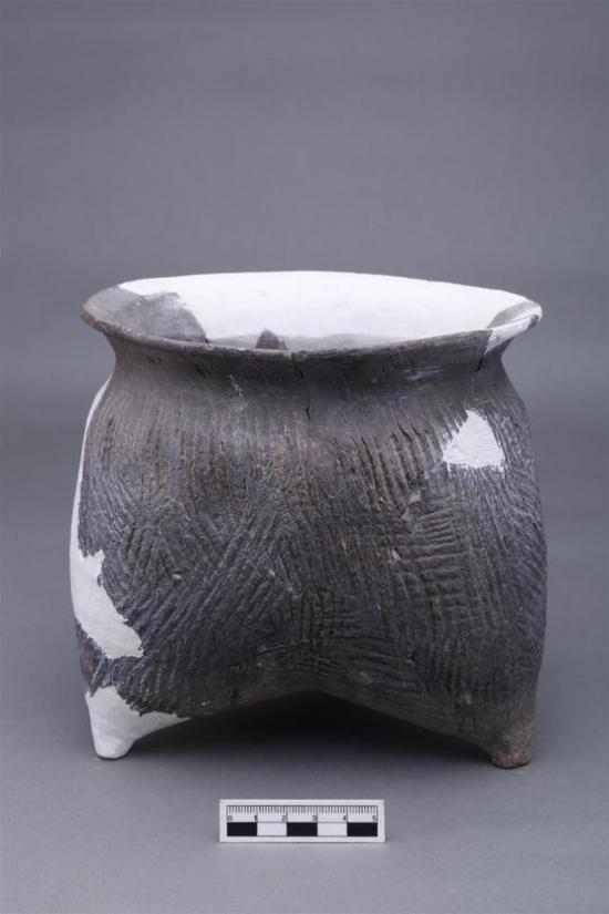 ▲史前房址中出土的陶鬲。
