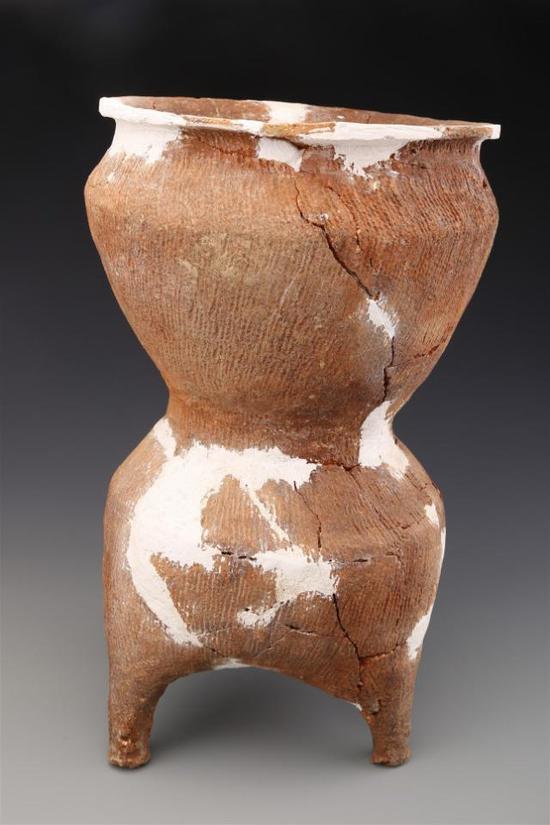 ▲东周墓葬M1083中出土的陶甗