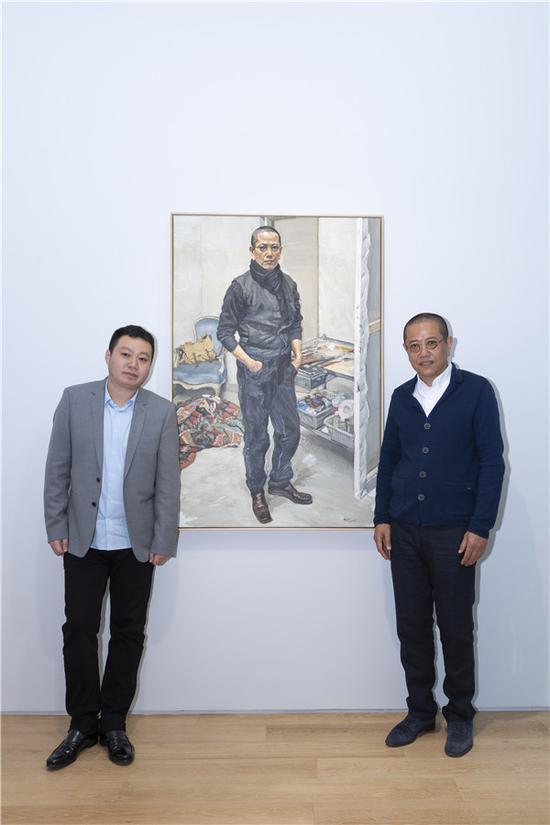 策展人崔灿灿(左)、艺术家陈丹青(右)在展览现场合影