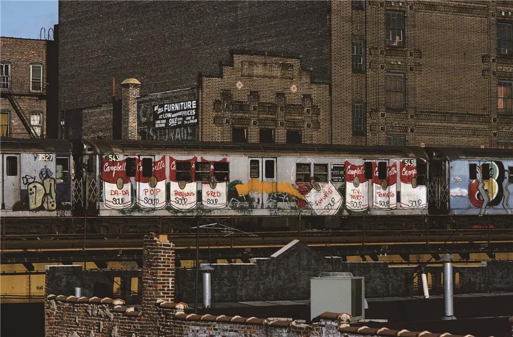 玛莎·库珀Fab 5 Freddy画的金宝罐头摄影1983年图片:Artsy