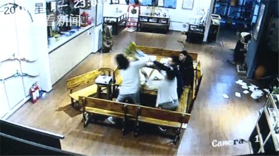 老公沉迷射箭老婆疯狂砸馆 砸坏4万多元古董花瓶
