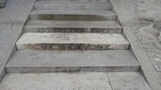 石头上比较严重的污损