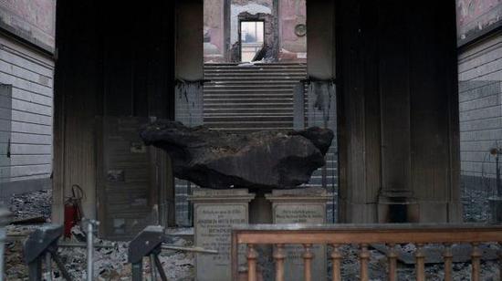 大火后化为灰烬的巴西国家博物馆(图片来自英国《卫报》网站)