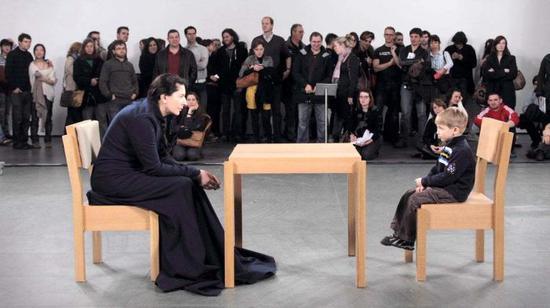 玛利亚·阿布拉莫维奇,《艺术家在现场》,2010