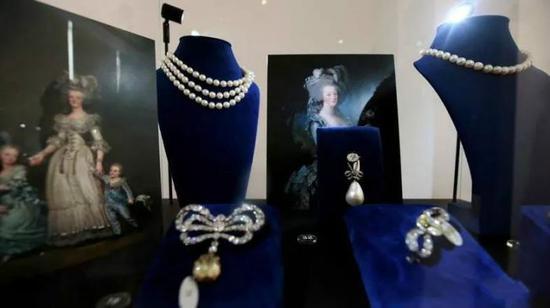 这些珠宝正在迪拜展出,吸引了大批观众前去欣赏。