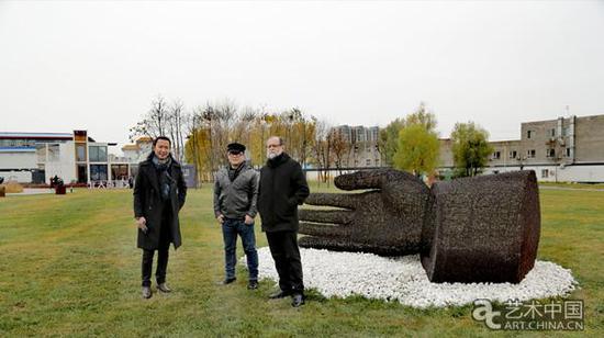 艺术家艾松(中)作品 汉威国际艺术馆长张思永(左)与墨西哥大使馆法比澳