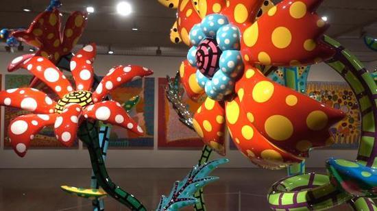 展览现场,草间弥生作品《花卉雕塑》