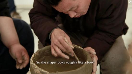 田中功起,一件由五位陶作者同时完成的陶器(静默尝试),影像,75分,2013