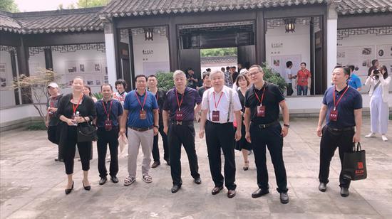 在李可染画院凤凰艺术中心,李庚院长为领导嘉宾介绍李可染艺术创作
