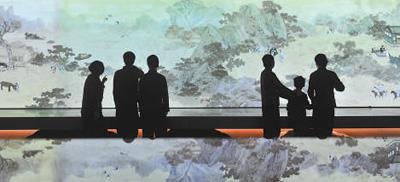 观众在欣赏孔子圣迹图数字化长卷 (人民视觉 杨国庆摄)