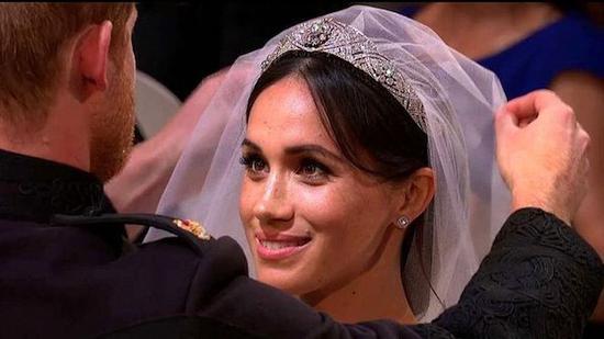 梅根王妃佩戴的冠冕来自英国女王伊丽莎白二世,原本属于伊丽莎白二世的奶奶玛丽王后