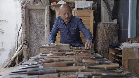 20年来,和金平与刻刀为伴,他的刻刀已有上百把。