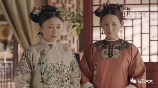 皇后身穿蜜合色刺绣服饰,搭配碧玺手串压襟,端庄优雅。