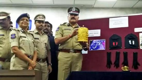 ▲印度警方展示此前被盗的金饭盒