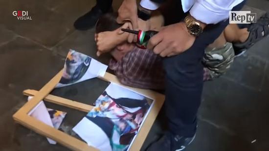 男子被制伏在地。图/翻摄自《La Repubblica》影片。